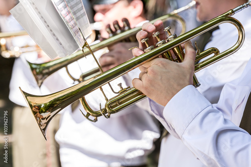 obraz dibond military musicians playing gold trumpets on music festival