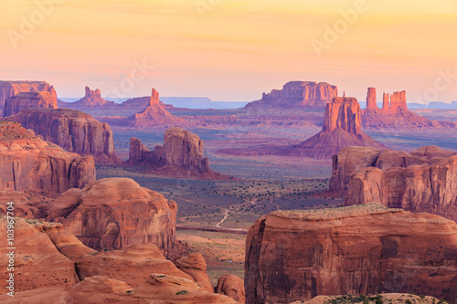 Photo Stands Arizona Sunrise in Hunts Mesa in Monument Valley, Arizona, USA
