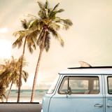 Vintage samochód zaparkowany na tropikalnej plaży (nad morzem) z deską surfingową na dachu - 103968315