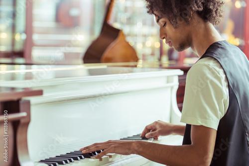 Spoed Foto op Canvas Muziekwinkel Man playing piano