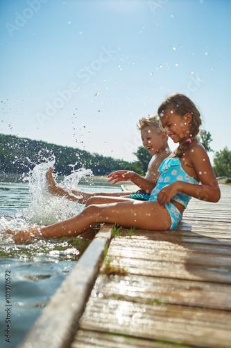 Photo  Kinder plantschen und spritzen mit Wasser