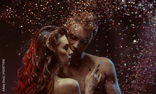 Plakat Ładna kobieta ściskająca jej mięśniowym chłopakiem