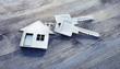 Leinwanddruck Bild - Haus-Schlüssel auf Holz