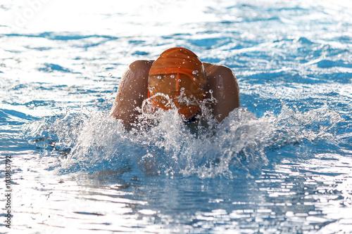 Natación en piscina de invierno Canvas Print