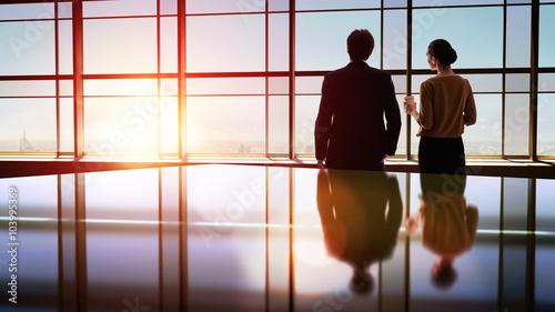 Fotografía  man and woman look at the city