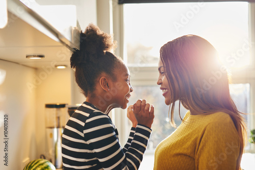 Photo Black woman and little daughter smiling