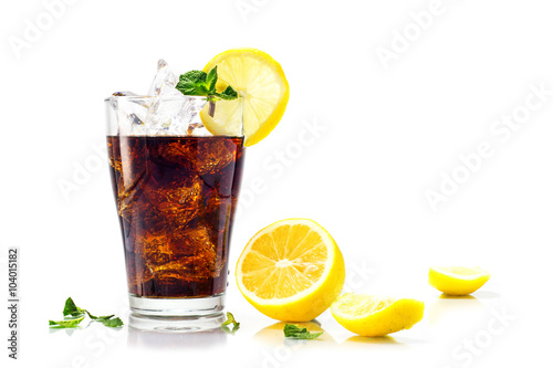 Fotografía  glass of cola or coke with ice cubes, lemon and peppermint garni
