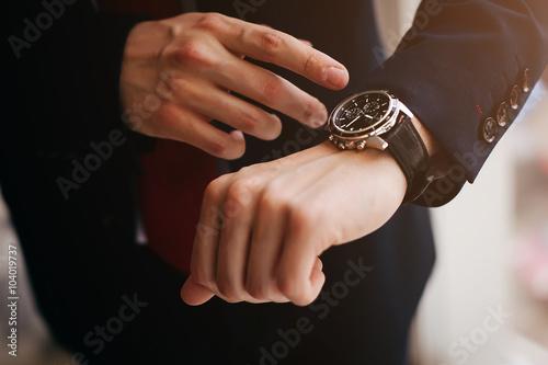 Fotografía  Closeup businessman looks at his watch