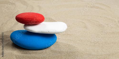 Photo sur Plexiglas Zen pierres a sable Pile de galets colorés, bleu, blanc, rouge aux couleurs de plusieurs drapeaux nationaux, format panoramique