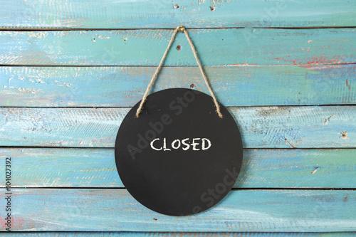 Obraz closed sign hanging on blue background - fototapety do salonu
