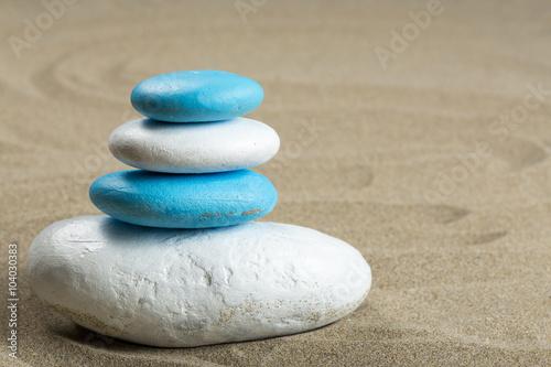Photo sur Plexiglas Zen pierres a sable Pile de galet en équilibre sur du sable aux couleurs de certains drapeaux