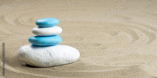 Photo sur Plexiglas Zen pierres a sable Panoramique d'un cairn sur du sable aux couleurs de certains drapeaux