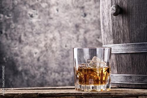 Zdjęcie XXL Szkło i beczka ze starą whisky