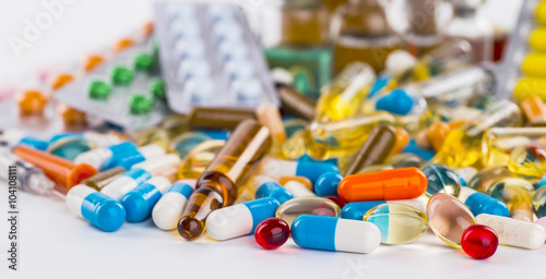 Fotografia  Medications tablets and capsules in a beaker