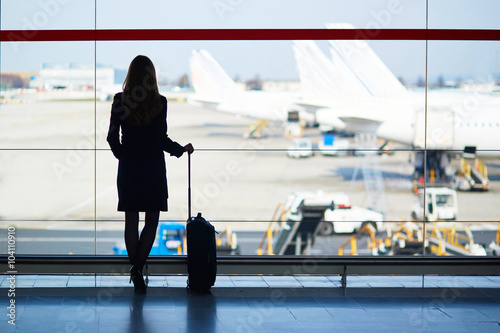 Obraz Young woman in the airport - fototapety do salonu