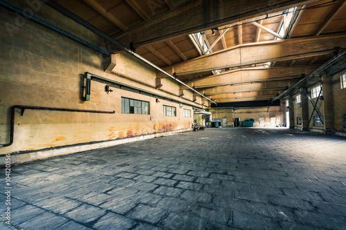 Papiers peints Les vieux bâtiments abandonnés abandoned old industrial factory building in dark colors