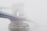 Most Łańcuchowy, Budapeszt, Węgry, we mgle - 104167377
