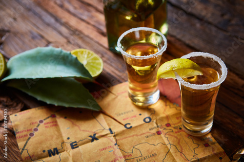 Fotografía  Tequila tirado con la cal y la sal del mar