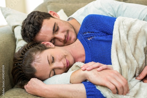 Fotografía  Young couple cuddling on sofa