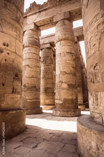 kolumna-z-piaskowca-w-egipcie-kolumny-pokryte-hieroglifami