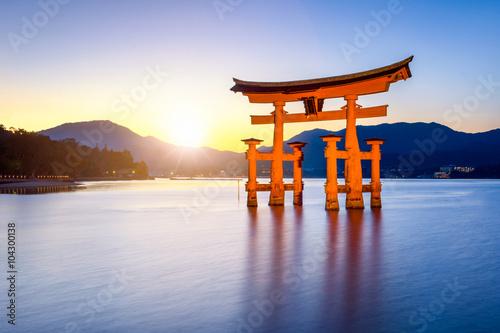 Großes Torii beim Itsukushima Schrein in Miyajima Japan