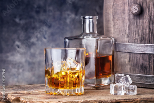 Poster de jardin Bar Whisky in glass and ice