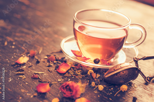 Photo sur Toile The Glass tea cup with dry rosebuds