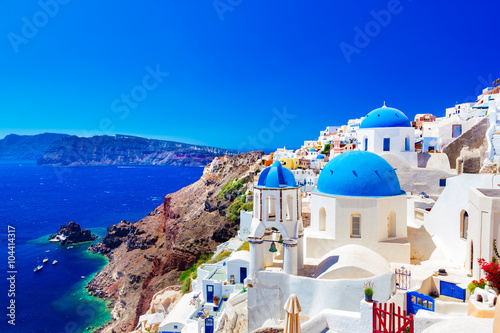 Photo  Oia town on Santorini island, Greece. Caldera on Aegean sea.