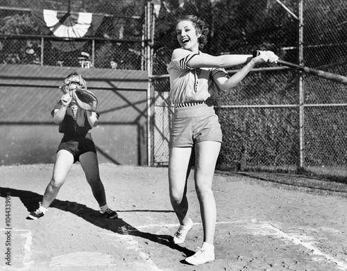 Plakaty vintage   two-women-playing-baseball