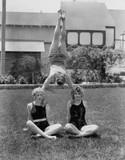 Równoważenie Acrobat na ramionach kobiet - 104437387