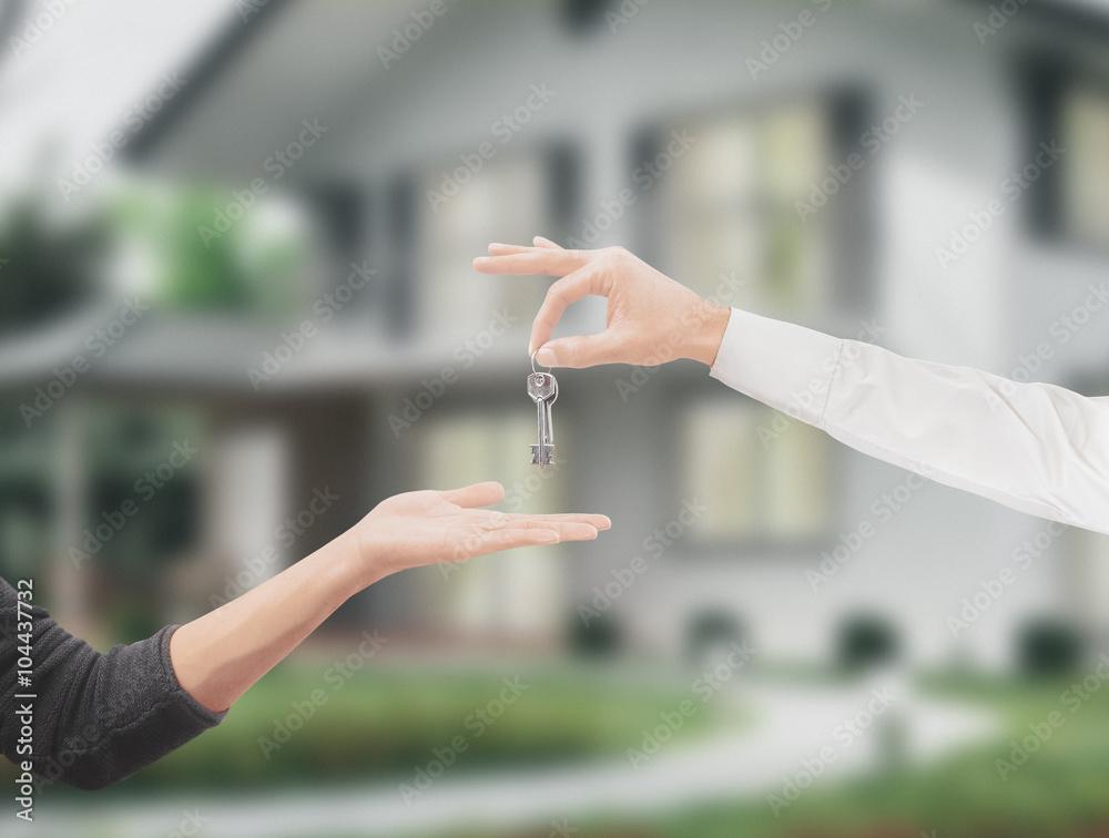 Fototapeta Mani con chiavi casa sfondo giardino