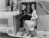 Portret kobiety w samochodzie - 104439335