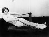 Kobieta za pomocą maszyny do wiosłowania - 104441127