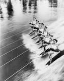 Rząd kobiet na nartach wodnych - 104444951