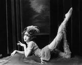 Znudzony tancerz pozowanie w zroszony kostium - 104445304
