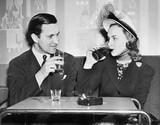 Para siedzi razem w restauracji flirtuje ze sobą - 104445313