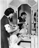 Kobieta czesanie włosów innej kobiety - 104445580
