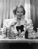 Portret kobiety z butelek perfum - 104445976