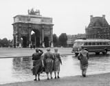 Turyści oglądający Łuk Triumfalny du Carrousel w Ogrodach Tuileries, 15 lipca 1953 r - 104449909