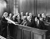 Prawnik przedstawiający dowody jury - 104450361
