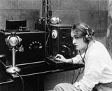 Kobieta wysyłająca kod Morse'a za pomocą telegrafu - 104453505