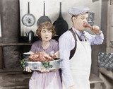 Para stoi razem w kuchni z gotowanym indykiem - 104457759