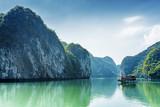 Turystyczna łódź w brzęczeniach Tęsk zatoka morze południowochińskie, Wietnam - 104457979