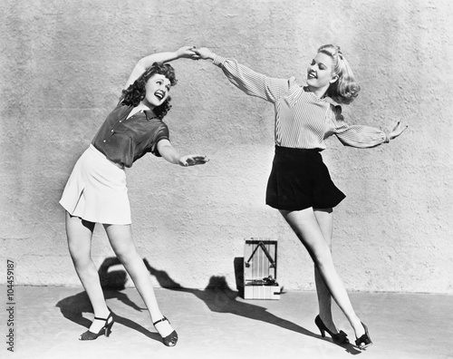 In de dag Retro Two women dancing outside