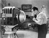 Mężczyzna pozuje dla sc fi kamery - 104459927