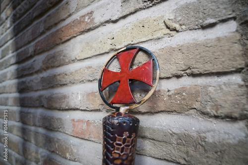 Photo  Baston Templar medieval leaning against wall