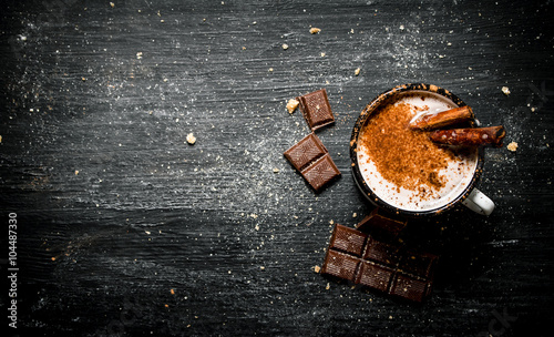 Foto op Plexiglas Chocolade Aromatic cocoa drink with cinnamon and chocolate.