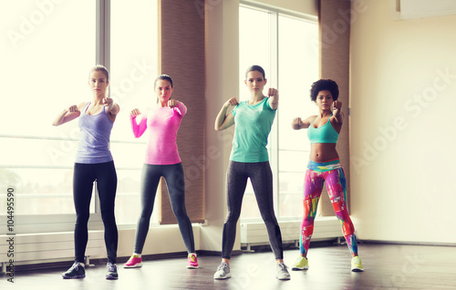 Photo  group of women working out in gym