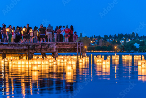 Photo  lantern floating on green lake park for memorial of Hiroshima,Seattle,Washington,usa