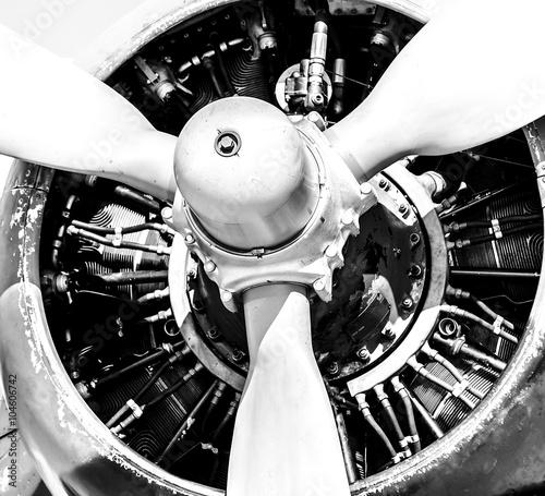 zblizenie-na-silnik-i-smiglo-samolotu-zdjecie-czarno-biale